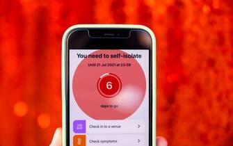 L'app Covid-19 dell'NHS, servizio sanitario nazionale britannico, con un messaggio che invita ad autoisolarsi