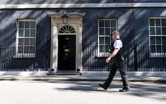Poliziotto davanti a Downing Street, a Londra