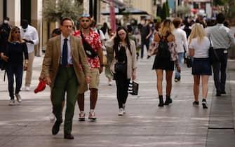 Gente a passeggio per le strade del centro di Parigi