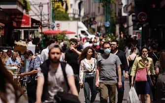 Giovani passeggiano a Parigi