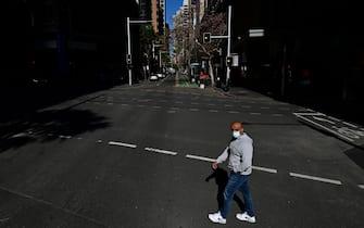 Cittadino passeggia per le strade deserte di Sydney durante il lockdown