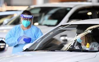 Operatrice sanitaria effettua un test Covid in un drive-in a Sydney in Australia