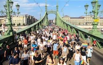 Giovani sfilano al Gay Pride in centro, a Budapest