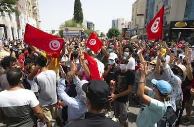 Tunisia, presidente Saied licenzia premier e sospende Parlamento