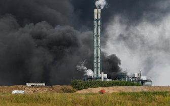 epa09369792 A view of smoke billowing from the chemical industry area of 'Chempark' in Leverkusen, Germany, 27 July 2021. The city of Leverkusen has warned citizens on its official website, that an explosion with an unknown cause occurred on the day at the site of the Chempark. Residents are asked to stay indoors and to keep windows and doors closed.  EPA/SASCHA STEINBACH