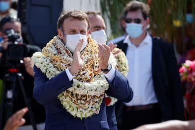 Macron nella Polinesia Francese, corone di fiori al suo arrivo. VIDEO