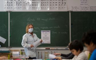 A teacher gives a lesson at the Cour de Lorraine elementary school in Mulhouse, eastern France, on its re-opening day for pupils, on May 18, 2020, as France eases lockdown measures taken to curb the spread of the COVID-19 pandemic, caused by the novel coronavirus. (Photo by SEBASTIEN BOZON / AFP) (Photo by SEBASTIEN BOZON/AFP via Getty Images)