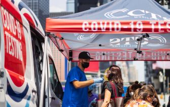 epa09371725 A person receives a rapid COVID-19 test at a mobile testing van in Times Square in New York, New York, USA, 27 July 2021. Many parts of the United States are experiencing a rise in the number of the coronavirus cases as a result of the more contagious delta variant of the virus and it is expected that the US  Centers for Disease Control and Prevention will soon recommend that  people who are vaccinated should wear masks in certain situations when inside.  EPA/JUSTIN LANE