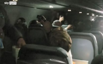 Frontier Airlines, passeggero legato al sedile e arrestato dopo lite