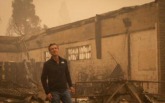 epa09404931 California Governor Gavin Newsom tours the damage left by the Dixie Fire in Greenville, California, USA, 07 August 2021. The Dixie Fire had grown to over 440,000 acres as of 07 August.  EPA/CHRISTIAN MONTERROSA