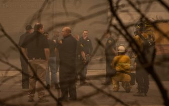 epa09404941 California Governor Gavin Newsom (C-Back) tours the damage left by the Dixie Fire in Greenville, California, USA, 07 August 2021. The Dixie Fire had grown to over 440,000 acres as of 07 August.  EPA/CHRISTIAN MONTERROSA
