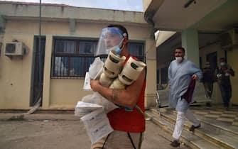 Uomini impegnati nei soccorsi durante gli incendi in Algeria