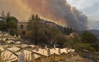 Fumo vicino a un centro abitato durante uno degli incendi in Algeria dell'agosto 2021
