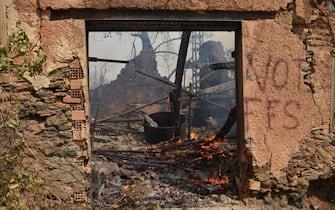 I danni causati da uno degli incendi in Algeria nell'agosto 2021