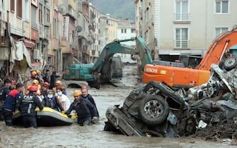 Squadre di ricerca e soccorso impegnate con una barca nell'area colpita a seguito di inondazioni e frane causate da forti piogge a Kastamonu, Turchia, 12 agosto 2021