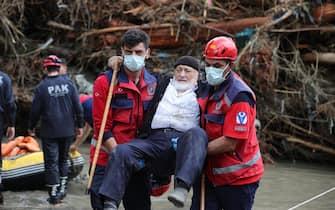 Un uomo soccorso in Turchia dopo le forti piogge che hanno investito la regione del Mar Nero