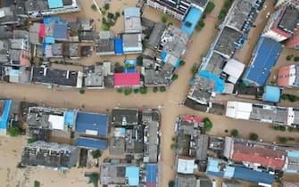 Vista aerea di case parzialmente sommerse in un'area colpita dal maltempo nella provincia di Hubei, cina