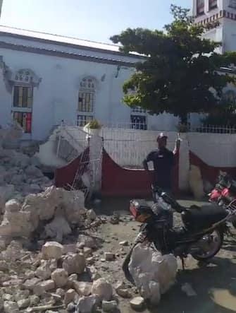 I danni del terremoto a Haiti, nei pressi della cattedrale di Les Cayes, a Port-au-Prince