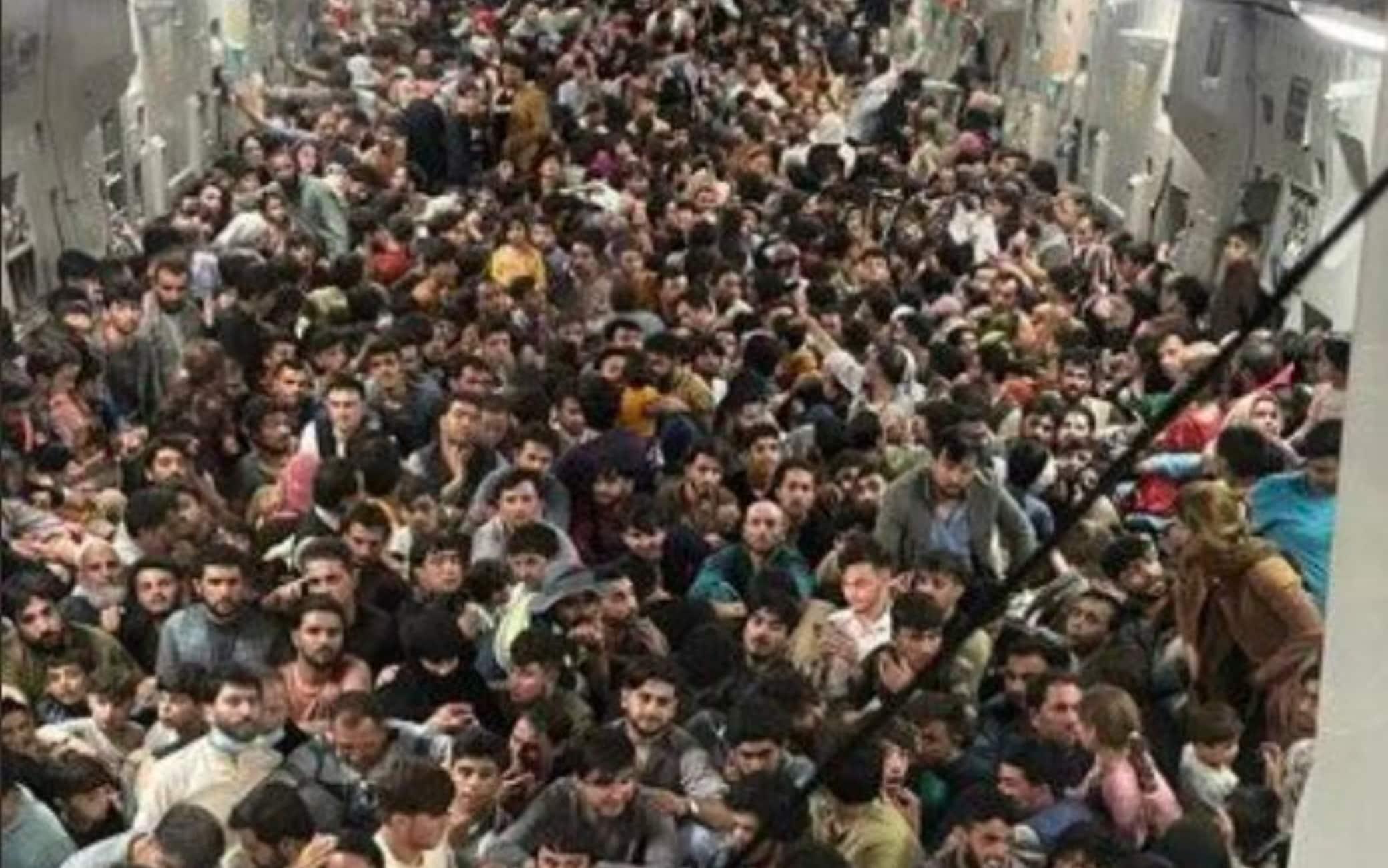 Centinaia di afghani stipati in un aereo