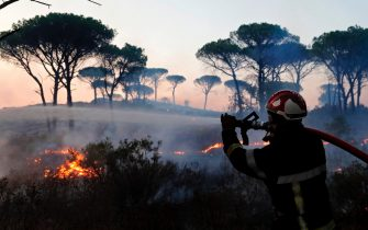 epa09418268 French firefighters try to extinguish a forest fire around Cannet des Maures, France, 17 August 2021. Firefighters are battling wildfires and thousands of residents are evacuated in the area near St. Tropez.  EPA/GUILLAUME HORCAJUELO