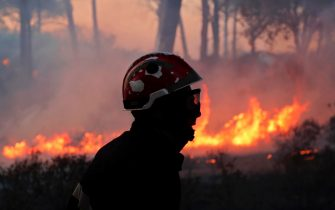 epa09418266 French firefighters try to extinguish a forest fire around Cannet des Maures, France, 17 August 2021. Firefighters are battling wildfires and thousands of residents are evacuated in the area near St. Tropez.  EPA/GUILLAUME HORCAJUELO