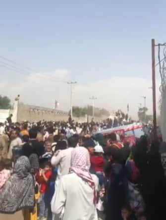 Persone in fuga dall'Afghanistan si accalcano all'aeroporto di Kabul