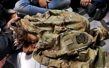 Fuga dall'Afghanistan, bimba in salvo sul cargo Usa: la foto simbolo