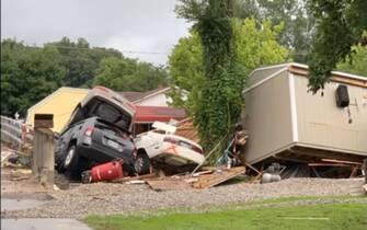 Macchine danneggiate dall'alluvione in Tennessee
