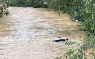 Un'auto completamente sommersa dall'acqua a causa dell'alluvione nel Tennessee