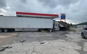 Un camion danneggiato dall'alluvione in Tennessee