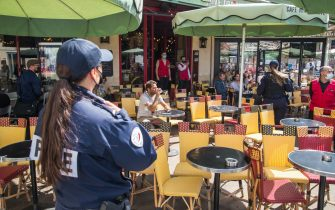 epa09407161 French police officers control customers' health passes at a bar in Paris, France, 09 August 2021. Starting from 09 August, the Covid-19 pass will be required in France to access cafes, restaurants, long-distance travel and, in some cases, hospitals. It was already in place for cultural and recreational venues, including cinemas, concert halls, sports arenas and theme parks with a capacity for more than 50 people.  EPA/CHRISTOPHE PETIT TESSON