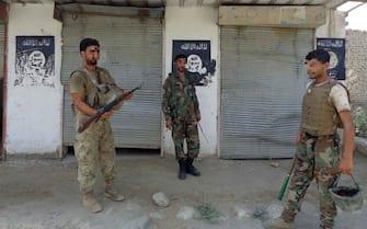 Soldati afghani con alcuni stemmi dell'Isis durante un'operazione