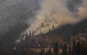 epa09437473 The Caldor Fire burns along Highway 50 in  Twin Bridges, California, USA, 30 August 2021. According to Cal Fire, the Caldor fire has been active since 14 August in El Dorado county.  EPA/CHRISTIAN MONTERROSA