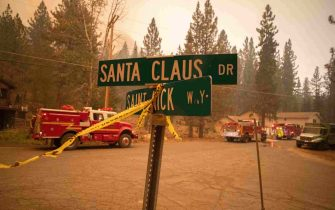 epa09437949 The Caldor Fire closes in on Santa Claus Drive in Meyers, California, USA, 30 August 2021. The fire, which has so far burned more than 177,000 acres, caused authorities to issue an evacuation order for residents of the city of South Lake Tahoe.  EPA/CHRISTIAN MONTERROSA