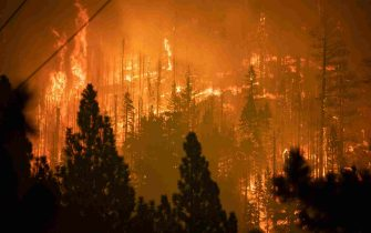 epa09437944 The Caldor Fire approaches a community of homes in Meyers, California, USA, 30 August 2021. The fire, which has so far burned more than 177,000 acres, caused authorities to issue an evacuation order for residents of the city of South Lake Tahoe.  EPA/CHRISTIAN MONTERROSA