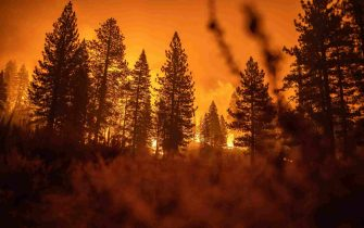 epa09437945 The Caldor Fire approaches a community of homes in Meyers, California, USA, 30 August 2021. The fire, which has so far burned more than 177,000 acres, caused authorities to issue an evacuation order for residents of the city of South Lake Tahoe.  EPA/CHRISTIAN MONTERROSA