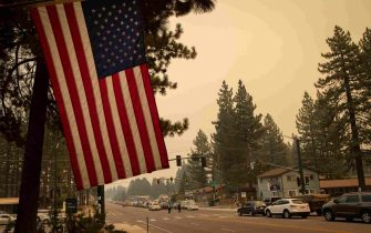 epa09437472 People are stuck in traffic after mandatory evacuations are put into place in South Lake Tahoe, California, USA, 30 August 2021. According to Cal Fire, the Caldor fire has been active since 14 August in El Dorado county.  EPA/CHRISTIAN MONTERROSA