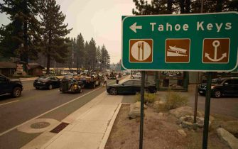 epa09437470 People are stuck in traffic after mandatory evacuations are put into place in South Lake Tahoe, California, USA, 30 August 2021. According to Cal Fire, the Caldor fire has been active since 14 August in El Dorado county.  EPA/CHRISTIAN MONTERROSA