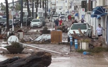 Violente inondazioni in Spagna, auto e alberi travolti. VIDEO