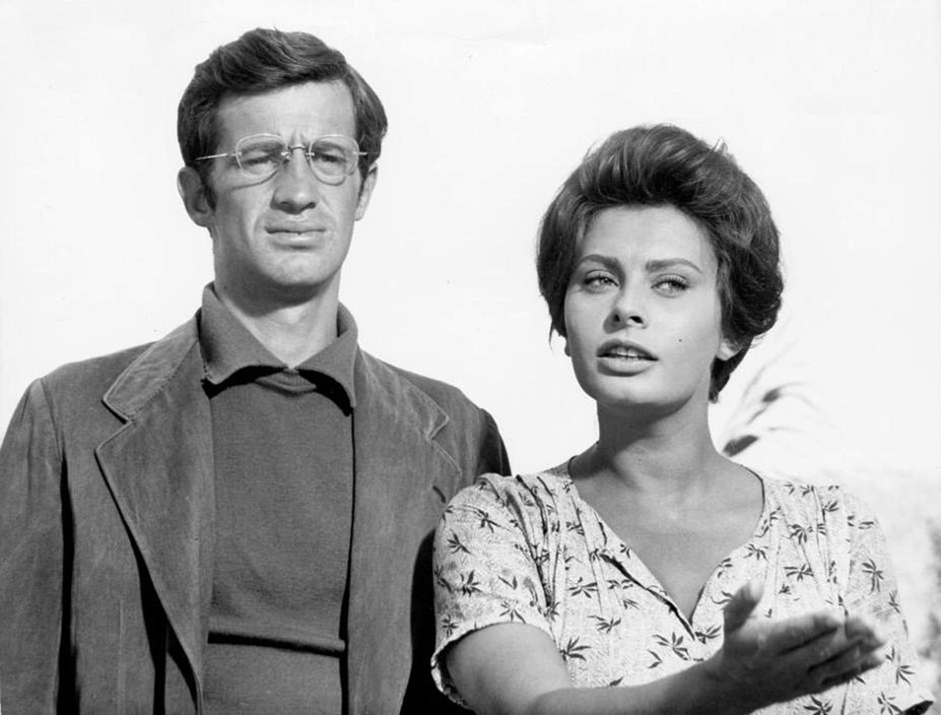"""Jean-Paul Belmondo (R)  con Sophia Loren sul set del film """"La Ciociara """" del 1961.ANSA/GUILLAUME HORCAJUELO"""