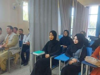 Afghanistan, riapre l'università: uomini e donne separati da tenda