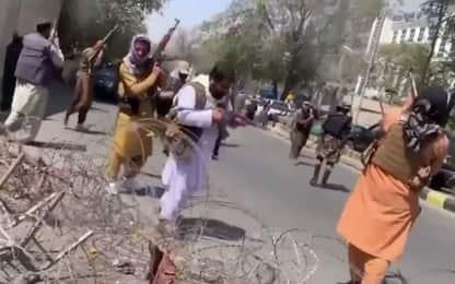 Afghanistan, violenze contro i manifestanti: donne colpite. VIDEO