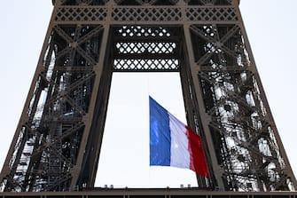Covid 19 (coronavirus), commemoration du 8 mai 1945, un drapeau Francais est deploye sur la Tour Eiffel et ce pour une semaine a la demande du President Emmanuel Macron. Paris, FRANCE-08/05/2020.//04MEIGNEUX_meigneuxB003/2005081745/Credit:ROMUALD MEIGNEUX/SIPA/2005081749