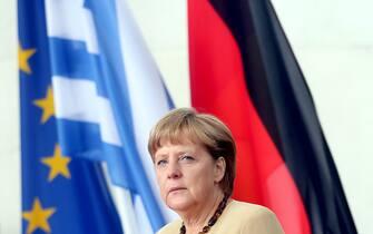 Berlino (Germania), vertice greco tedesco sulla crisi del debito. Nella foto Angela Merkel e alle sue spalle la bandiera della Grecia, quella dell'Europa e quella della Germania