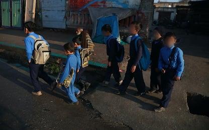 Afghanistan, talebani riaprono scuole. Ma solo per studenti maschi