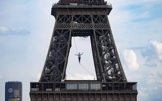 L'impresa di un funambolo francese sopra la Senna
