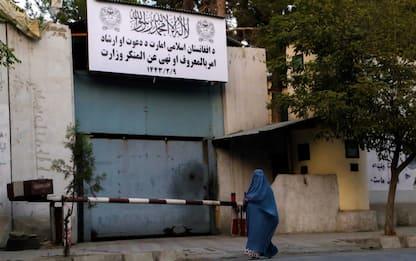 Afghanistan, stretta a Kabul: le donne non tornano al lavoro