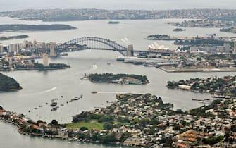 Veduta aerea della baia di Sidney, ritenuta la più bella baia del mondo. Riconoscibili l'Harbour Bridge e l'Opera House Sidney; Australia, 27 ottobre 2011. ANSA/FIORAMONTI