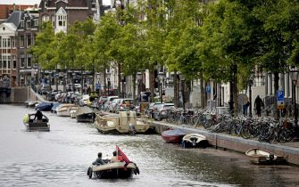 epa08426469 Sloops sail again in the canals of Amsterdam, The Netherlands, 16 May 2020. The sailing ban, which has been imposed for every weekend recently, has been lifted due to the slow flexibilisation of the corona measures.  EPA/KOEN VAN WEEL