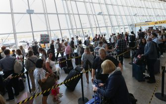 Travelers queue up for taxis at International Terminal Four at John F. Kennedy International Airport in Queens, New York, USA, 30 June 2017. ANSA/PETER FOLEY